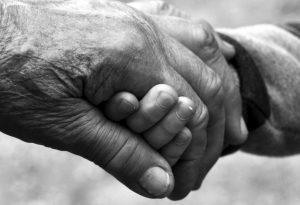 Sin besos y sin abrazos festejan el Día de los Abuelitos en México