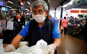 Adultos mayores no volverán a Walmart México porque clientes no quieren que toquen sus compras