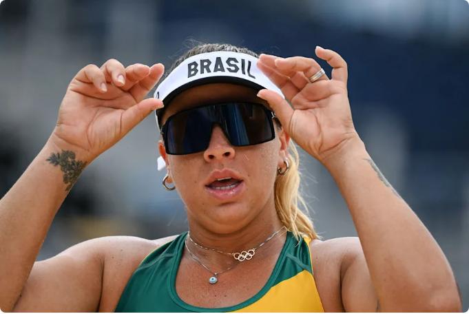 Jugadora brasileña de voleibol de playa es blanco de ataques por su aspecto físico en Tokio