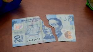 ¿Qué debo hacer si recibo un billete roto o incompleto?